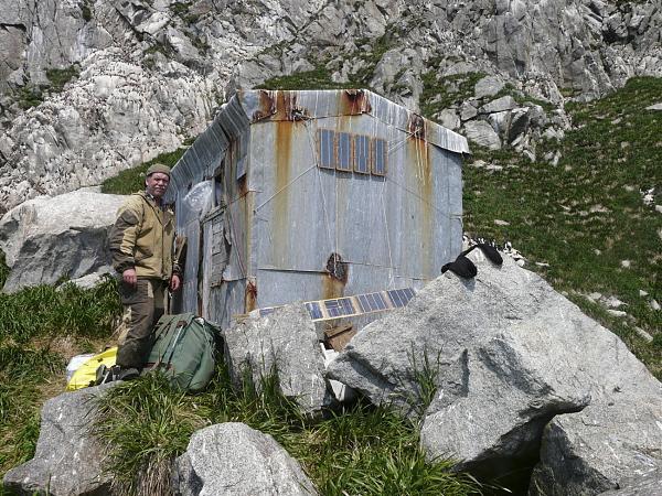 Владимир Медведев около домика на острове Ионы