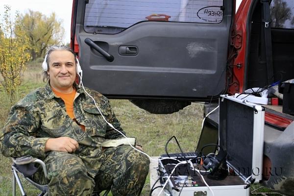 Михаил R4CDX у своей аппаратуры