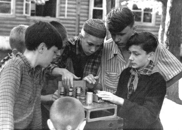 Занятия в радиокружке пионерского лагеря «Поречье» (50-е годы)