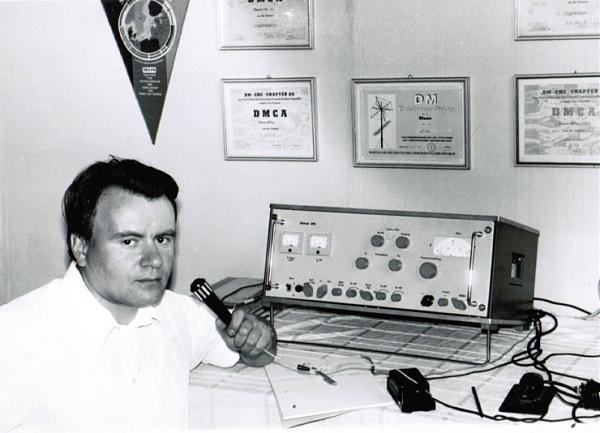 На коллективной радиостанции города Нейрупин (ГДР) у трансивера «Телтов 215»)