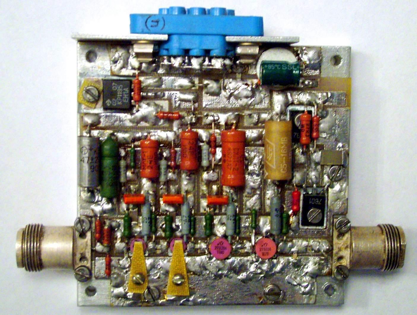 Знакомьтесь: транзисторный усилитель.  Большие серые цилиндры- это и есть знаменитые каскады, очищающие звук от помех.