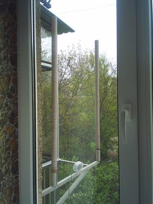 Антенна на кронштейне возле окна