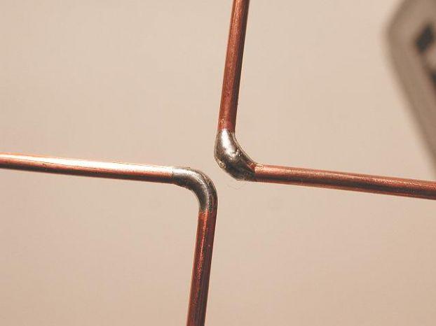 Спаяйте концы провода и залудите место будущего крепления коаксиального кабеля.