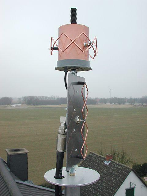 Антенна установлена на крыше.
