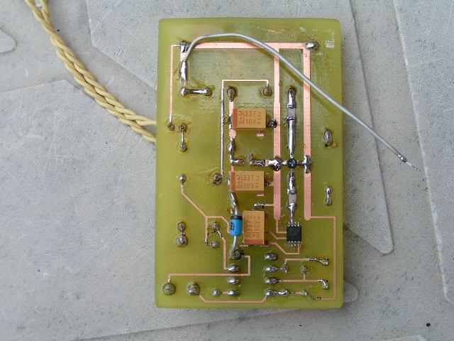 Серый провод - это внутренняя антенна, взятая из другого мобильного телефона.  ГУН на MAX2622 формирует достаточно...