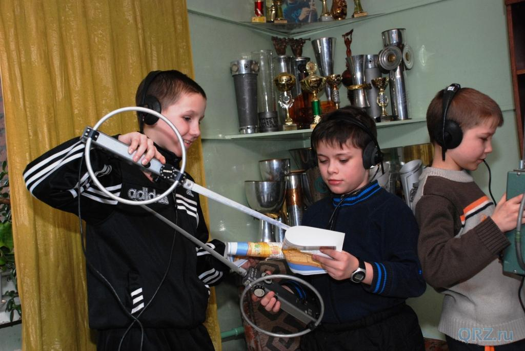 Подростки с радиопеленгаторами